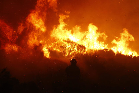 Gale Force Winds Feed a Wildfire in Cape Town