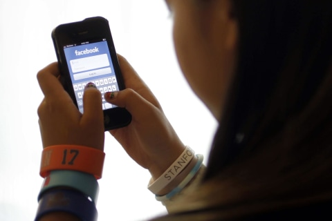 Hungry for Retweets and Facebook Likes? Study Shows Best Times to Post