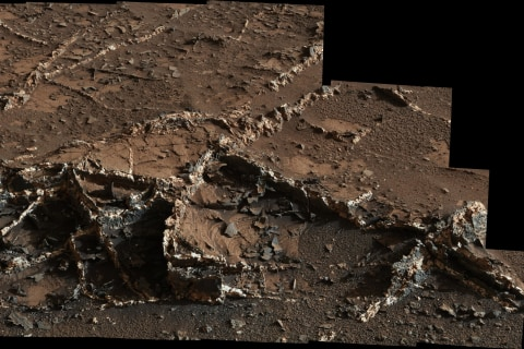 Curiosity Rover Team Intrigued by Two-Tone Rock on Mars