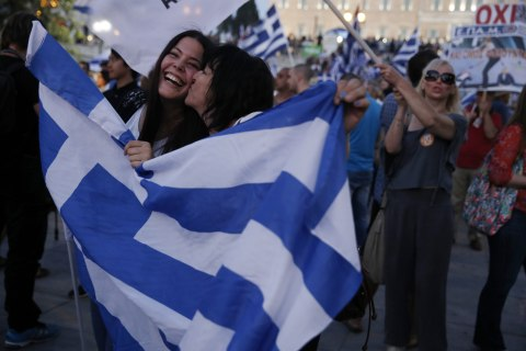 Euro Falls as Greece Votes 'No' to Bailout Package