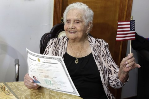 Colombian Great-Grandmother Named América, 99, Becomes U.S. Citizen