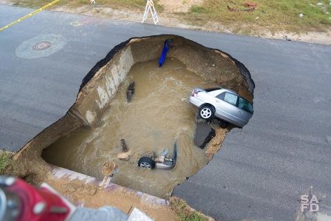 Massive Texas Sink Hole Swallows Two Cars, Killing Sheriff's Deputy