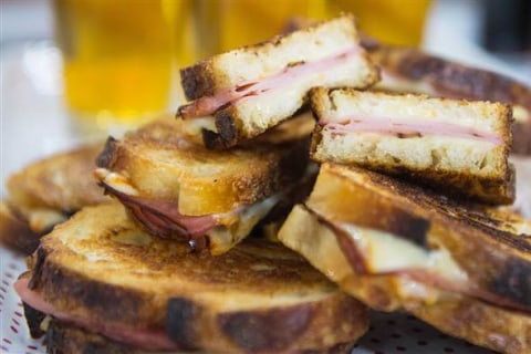 Siri and Carson Daly Serve Up Sandwiches With the Perfect Drink Pairings