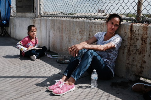 Facing deadline, government reunified 364 of 2,500-plus migrant children