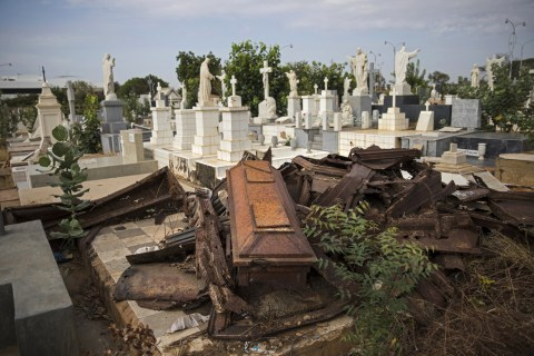 Venezuela's dead are not spared as theft increases in cemeteries