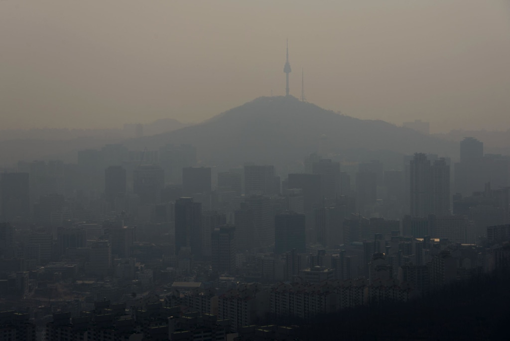 Image: A think layer of pollution hangs over the Seoul skyline