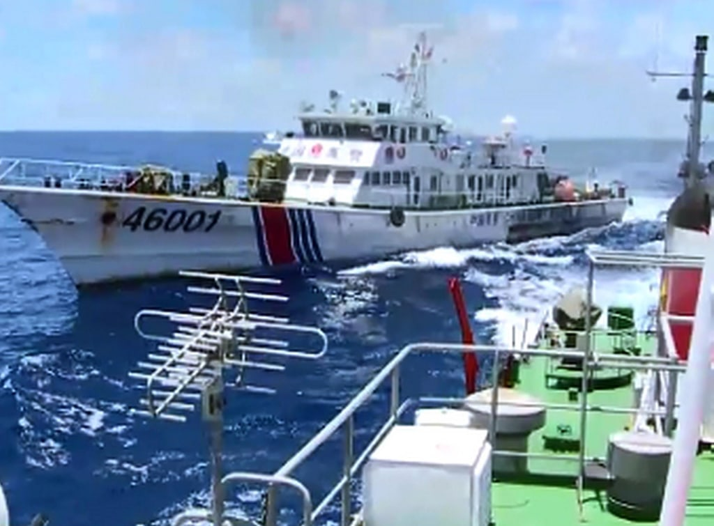 Image: Chinese Coast Guard ship chasing a Vietnamese vessel