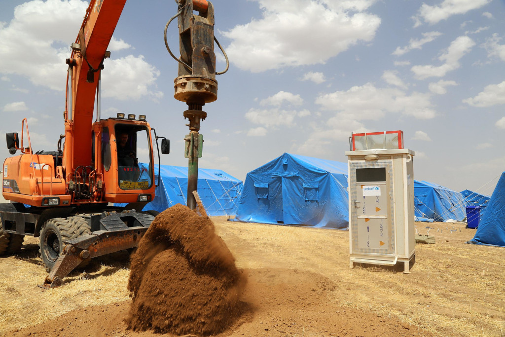 Image: Construction workers set up camps near Erbil for the people fleeing Mosul