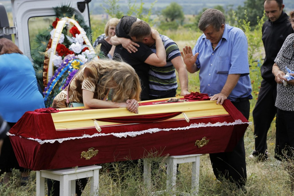 Image: Relatives grieve at the coffin of pro-Russian fighter