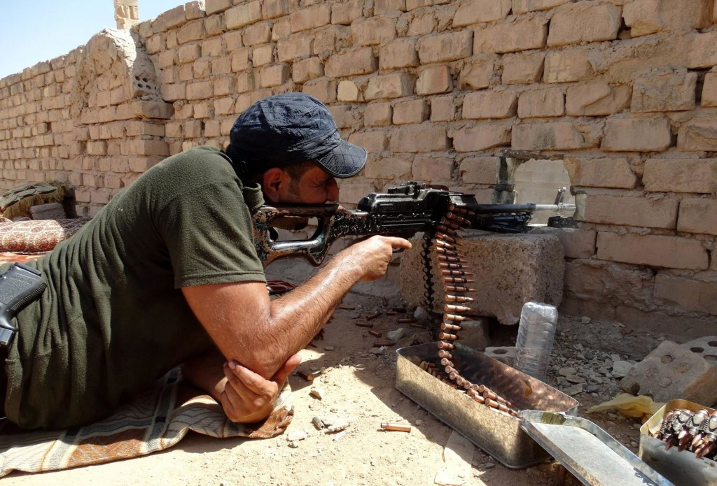 Image: Security forces supported by tribes prepare the guns to fight against ISIL