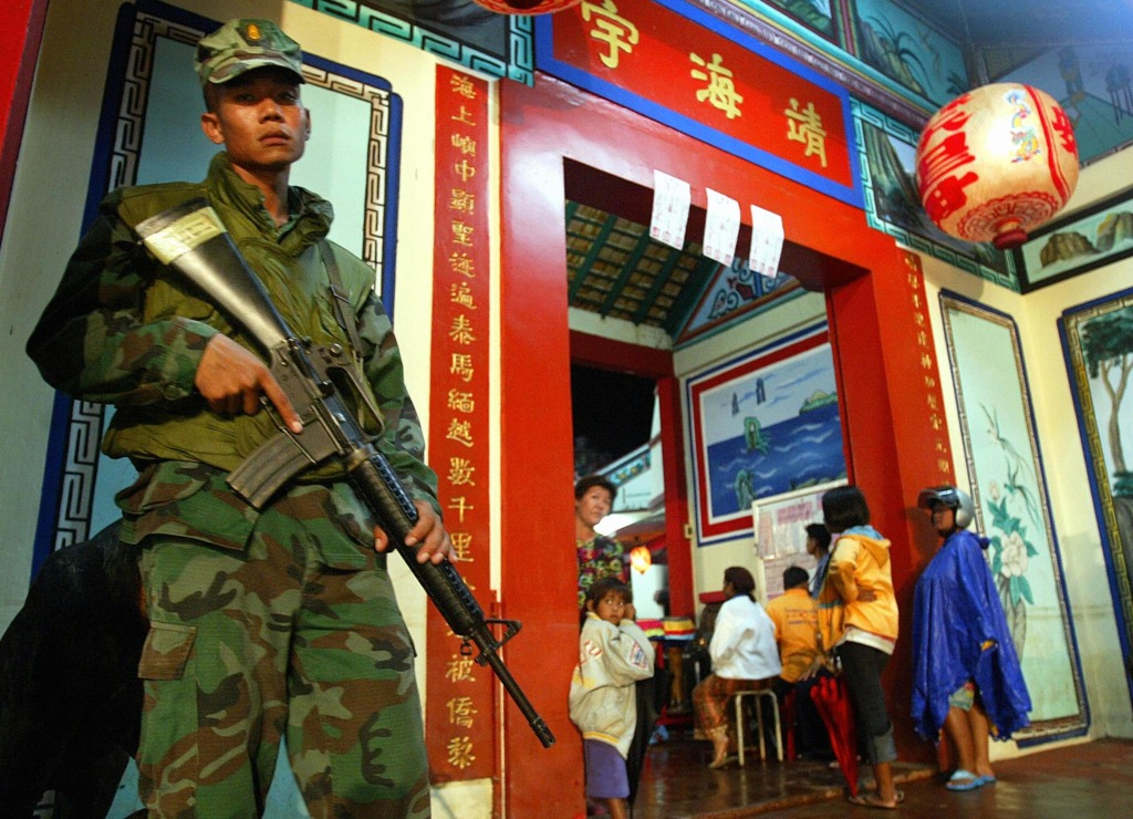 Image: A Thai soldier guards a Buddhist temple