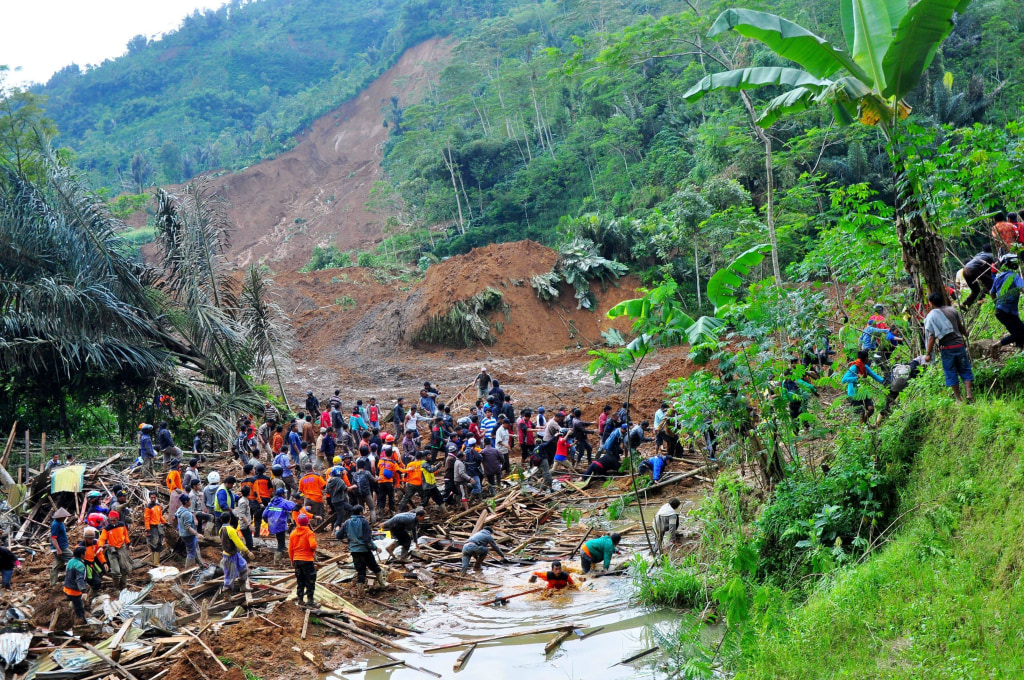 Image: Indonesian rescuers search for victims after a landslide hit Jemblung Village