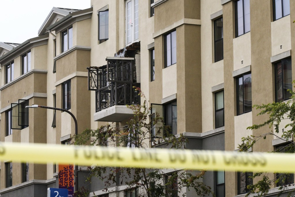 Image: Damage is seen at the scene of a 4th-story apartment building balcony collapse in Berkeley, California
