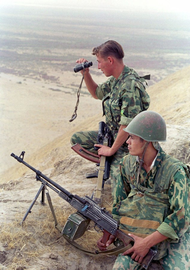 Image: Russian border guards observe Afghan territory controlled by the Taliban in 2001