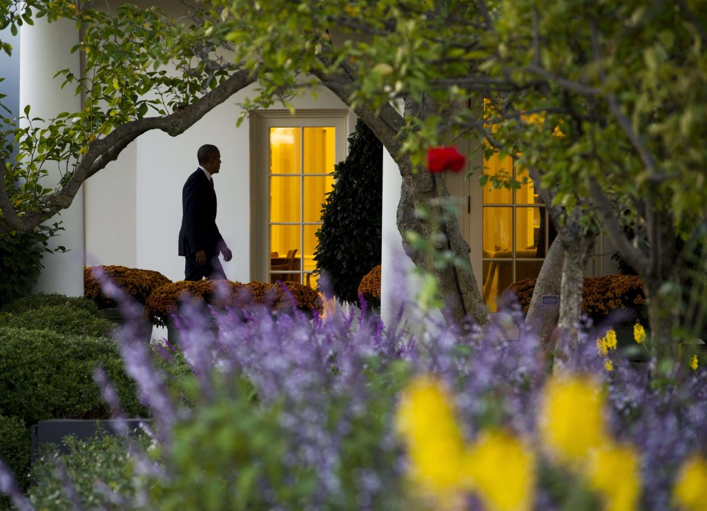 Image: Obama walks to the Oval Office