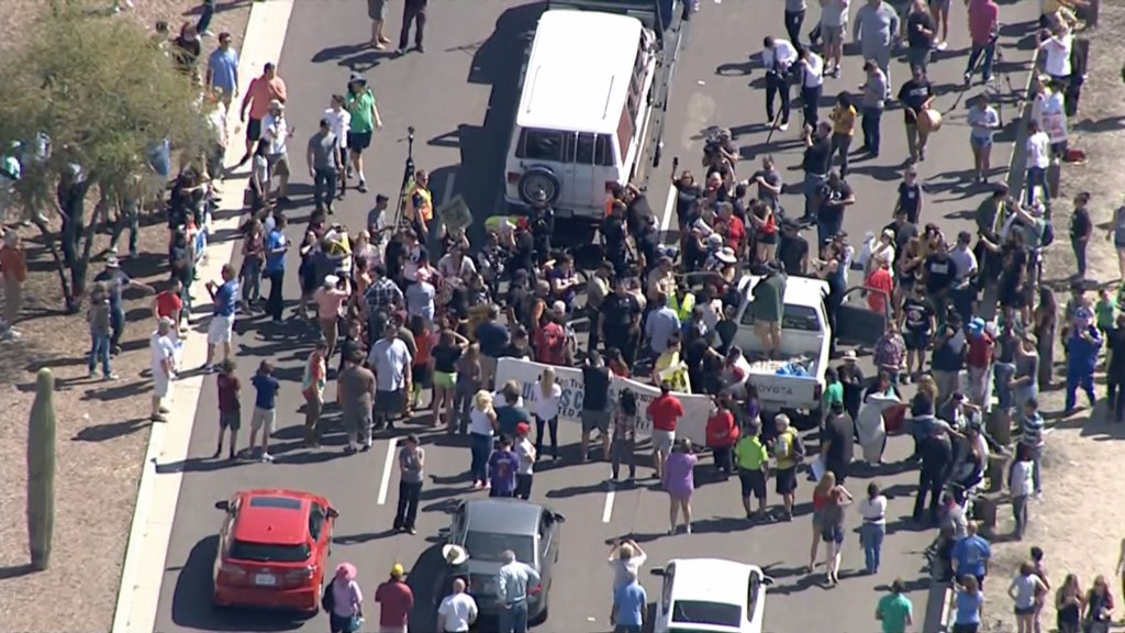 Image: Protesters block route to Trump rally in Arizona