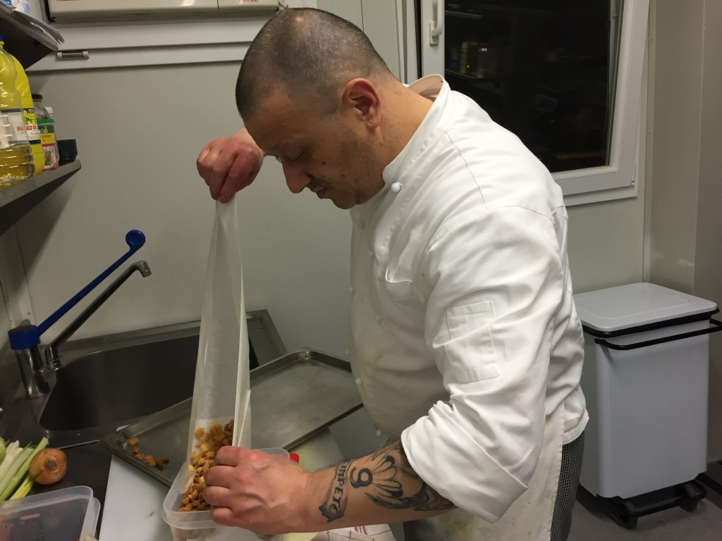 Image: An inmate works in the kitchen of InGalera