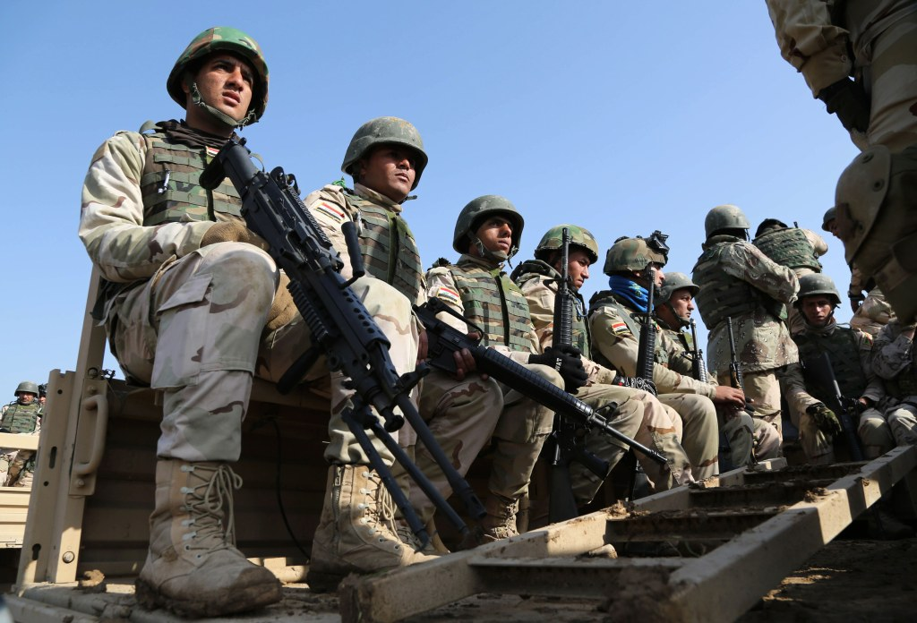 Image: Iraqi soldiers train with American and Spanish trainers