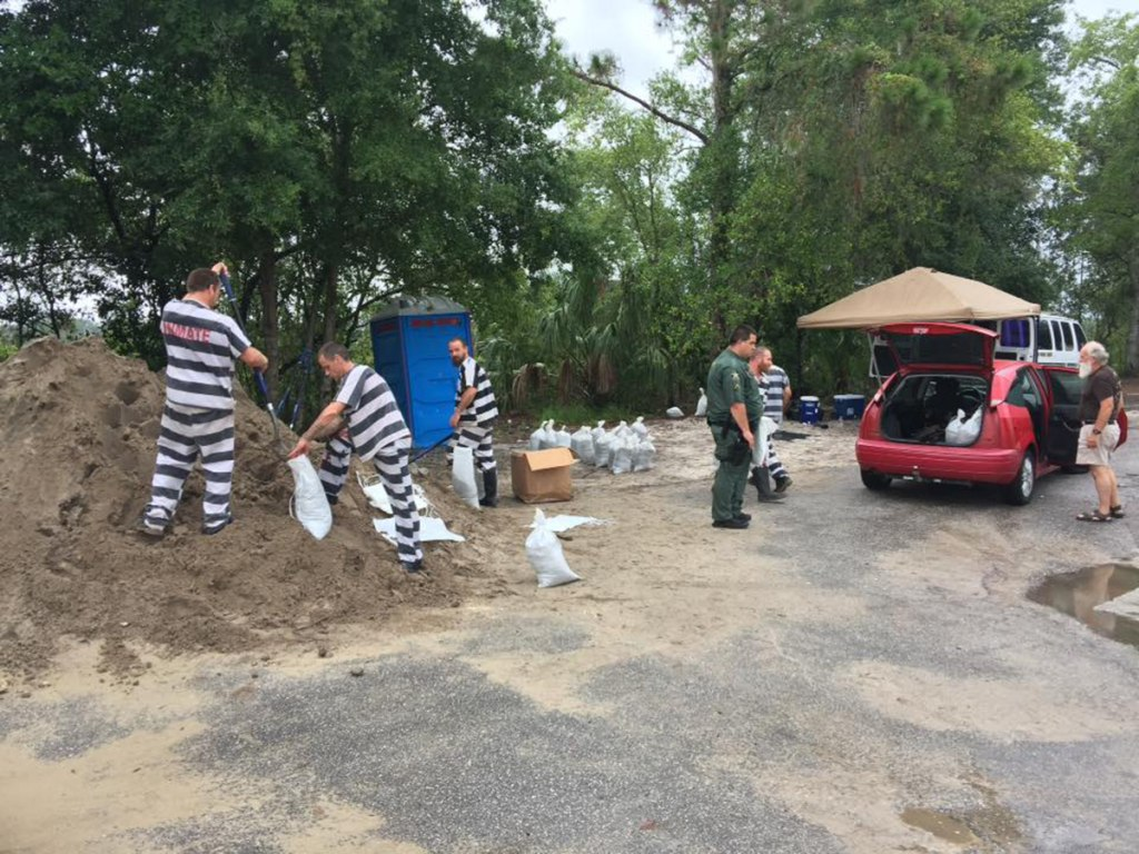 Image: Pasco County Inmates fill sandbags