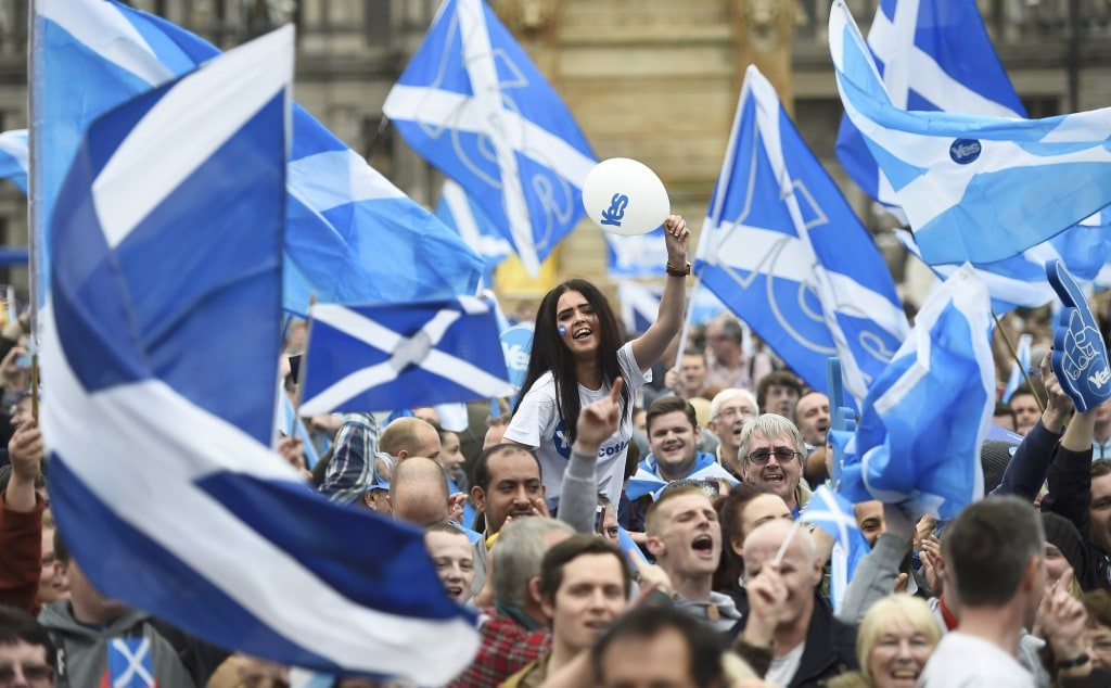 Image: Campaigners wave Scottish flags at a 'Yes' campaign rally in Glasgow
