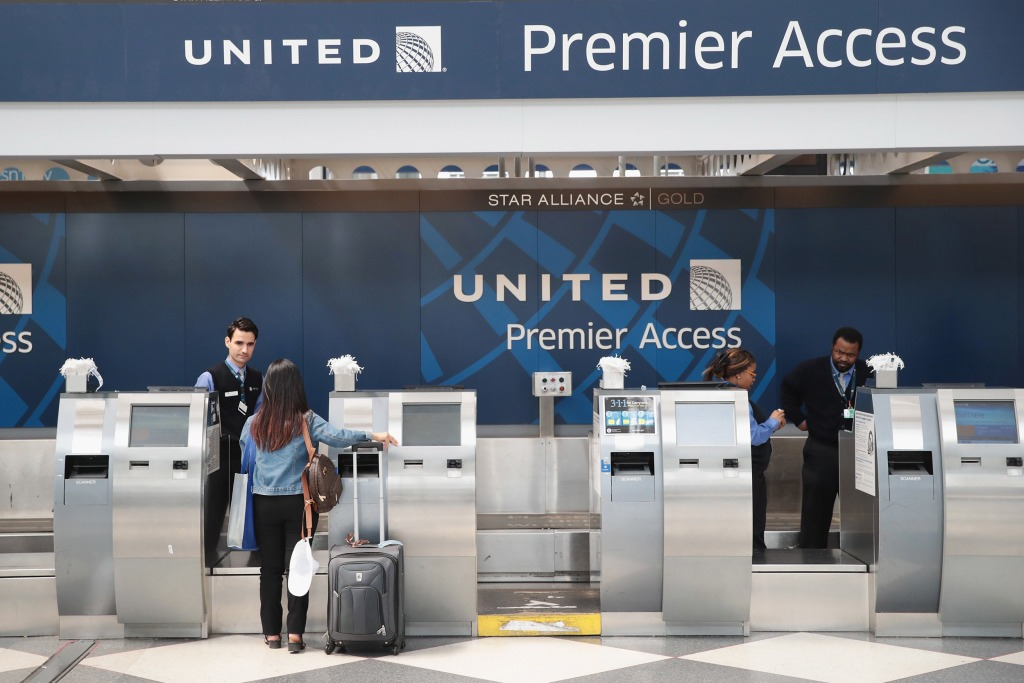 Image: Passengers arrive for flights at the United Airlines terminal at O'Hare International Airport