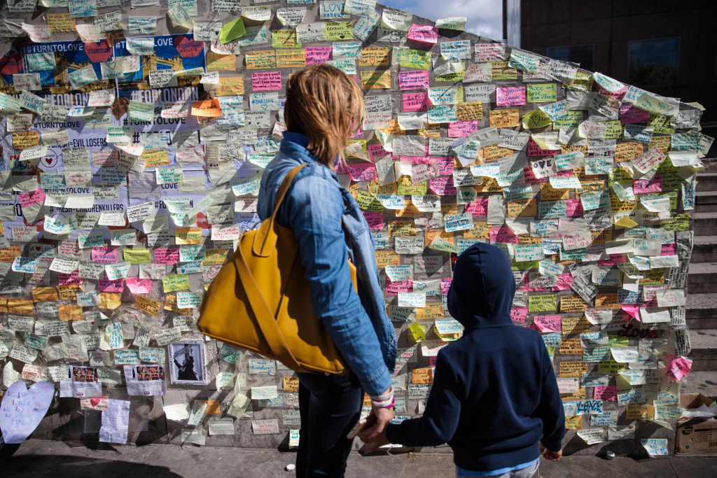 Image: Passersby visit a memorial to victims of the London Bridge attack