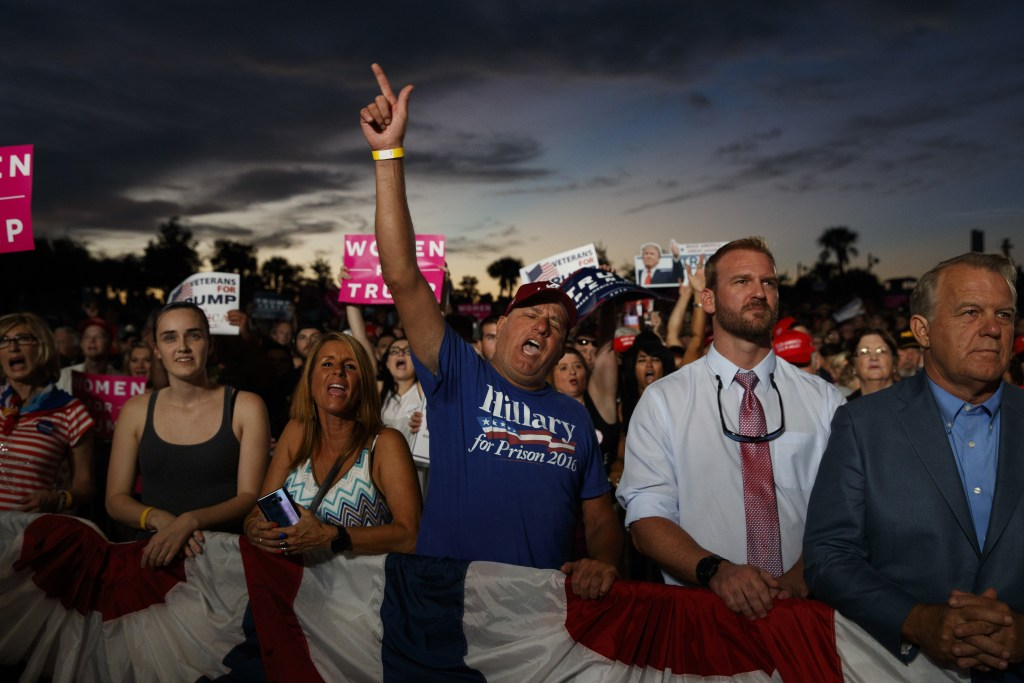 Image: Supporters of Republican presidential candidate Donald Trump cheer