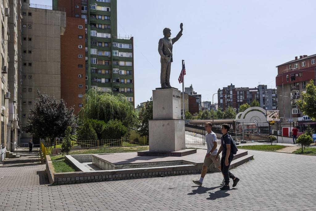 Image: Statue of President Bill Clinton in Pristina