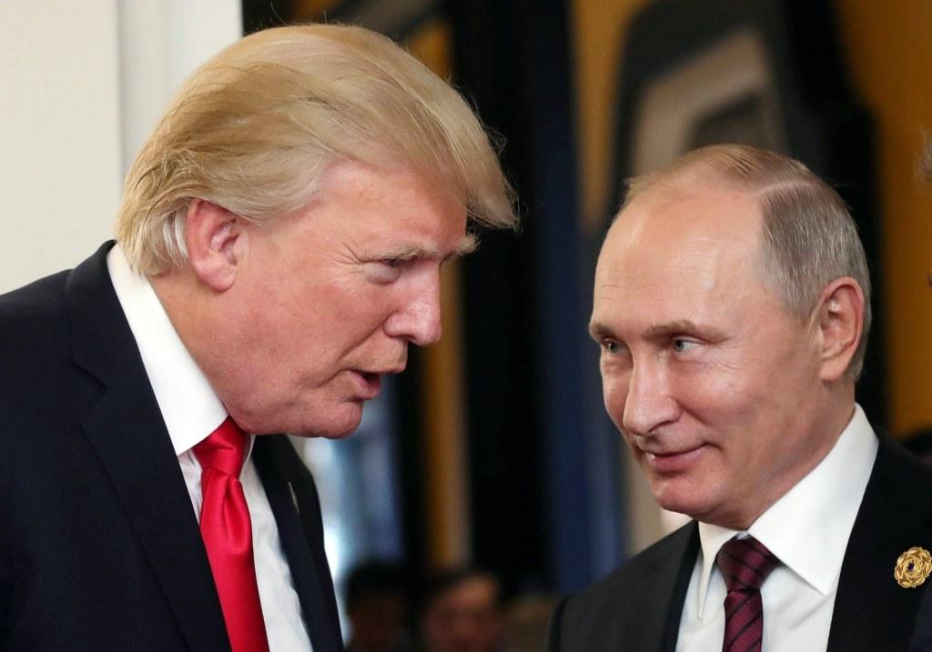 Image: Presidents Trump and Putin talk during the APEC summit in Vietnam on Saturday