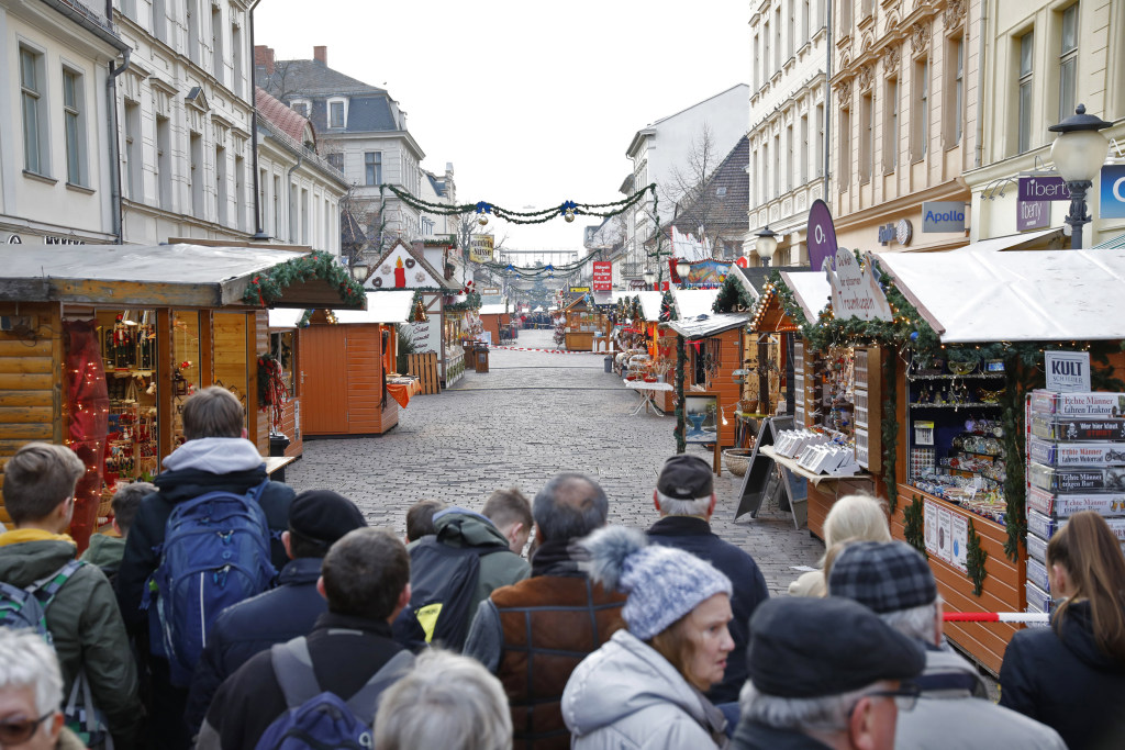 Image: Police say explosive device found at Potsdam Christmas market