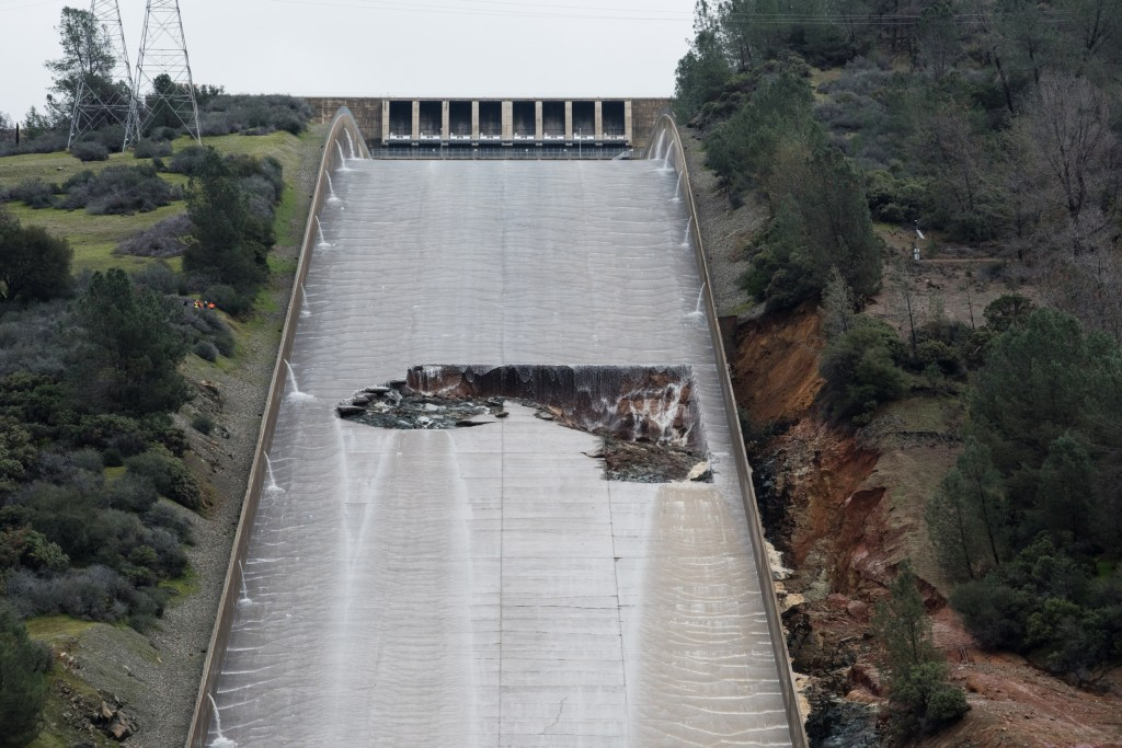 Image: Thousands Evacuated Near Oroville Dam As Spillway Threatens To Fail