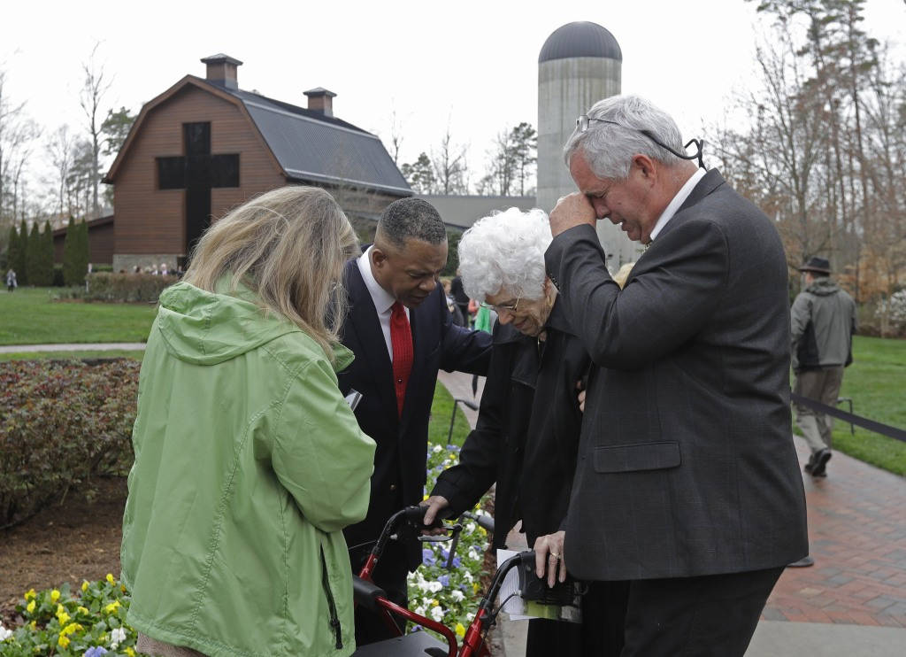 Image: Visitors pay respects to Billy Graham