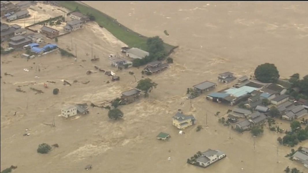Japan Roof Rescues: Water Overwhelms Neighborhood After Levee Breach