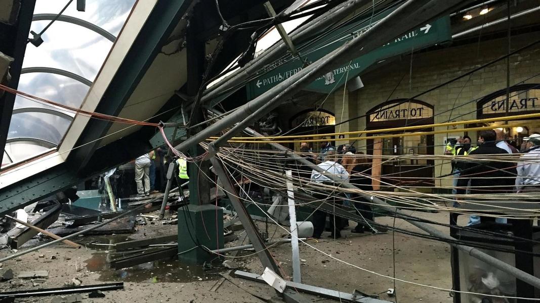 Tři lidé zemřeli a 100 lidí bylo zraněno při havárii vlaku v New Jersey