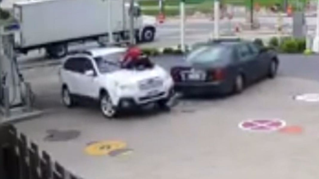 Milwaukee Woman Jumps On Hood To Stop Carjackers Nbc News