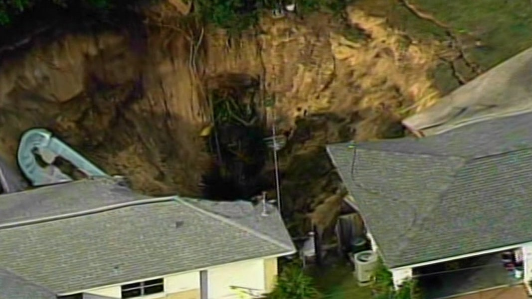 Swimming Pool Sink : Massive florida sinkhole swallows boat and swimming pool