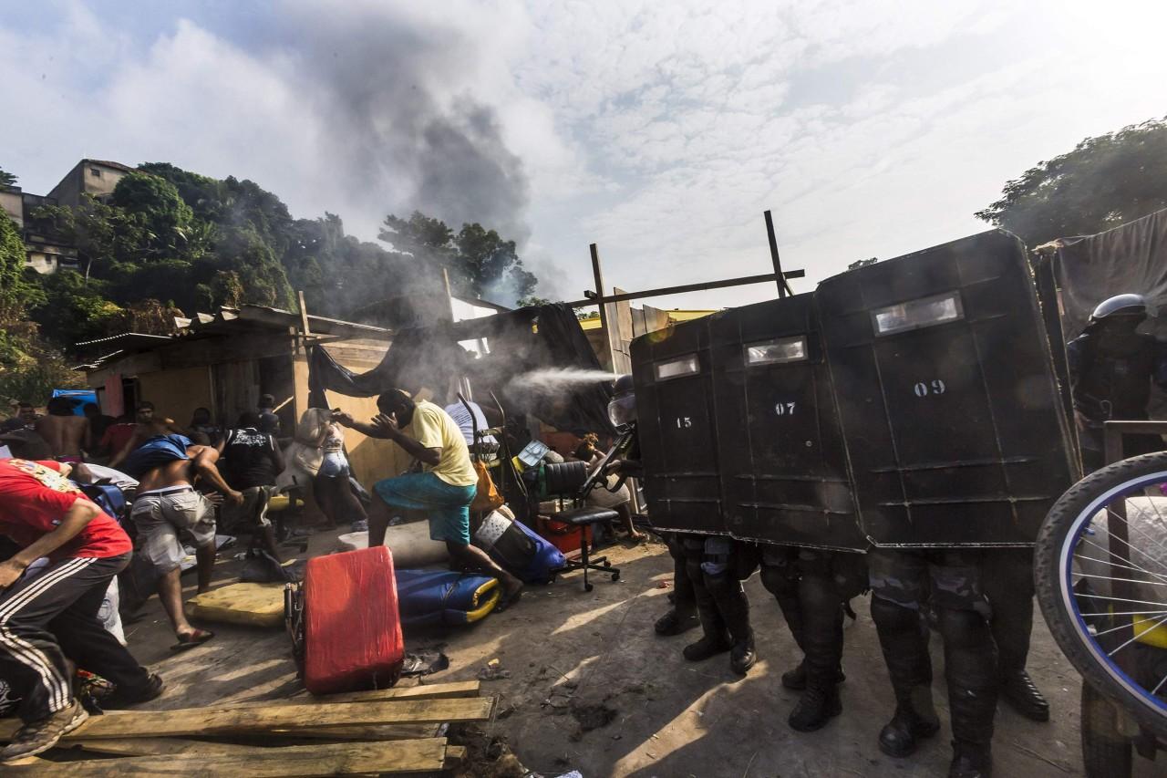 [Image: ss-140411-rio-slum-eviction-02.nbcnews-ux-1280-900.jpg]
