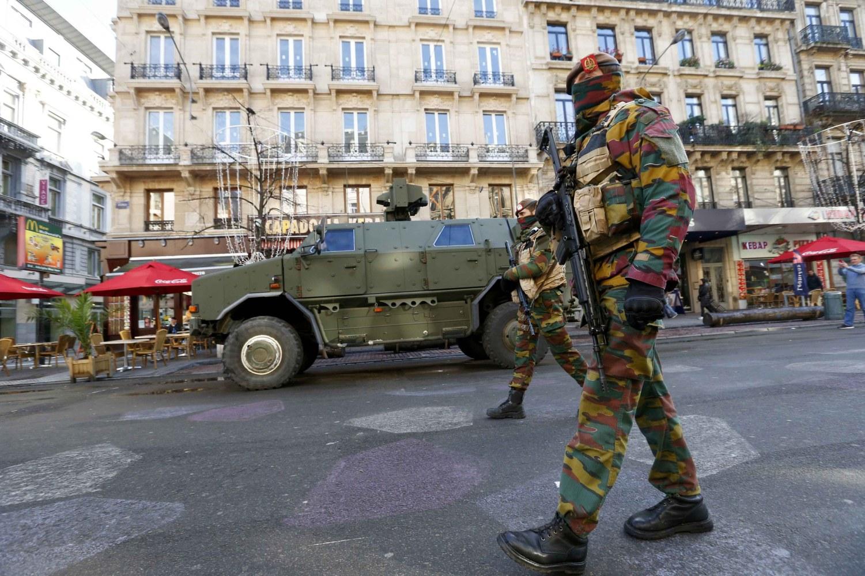 Brussels lockdown 1 000 cops hunt paris suspect salah for Bruxelles piscine