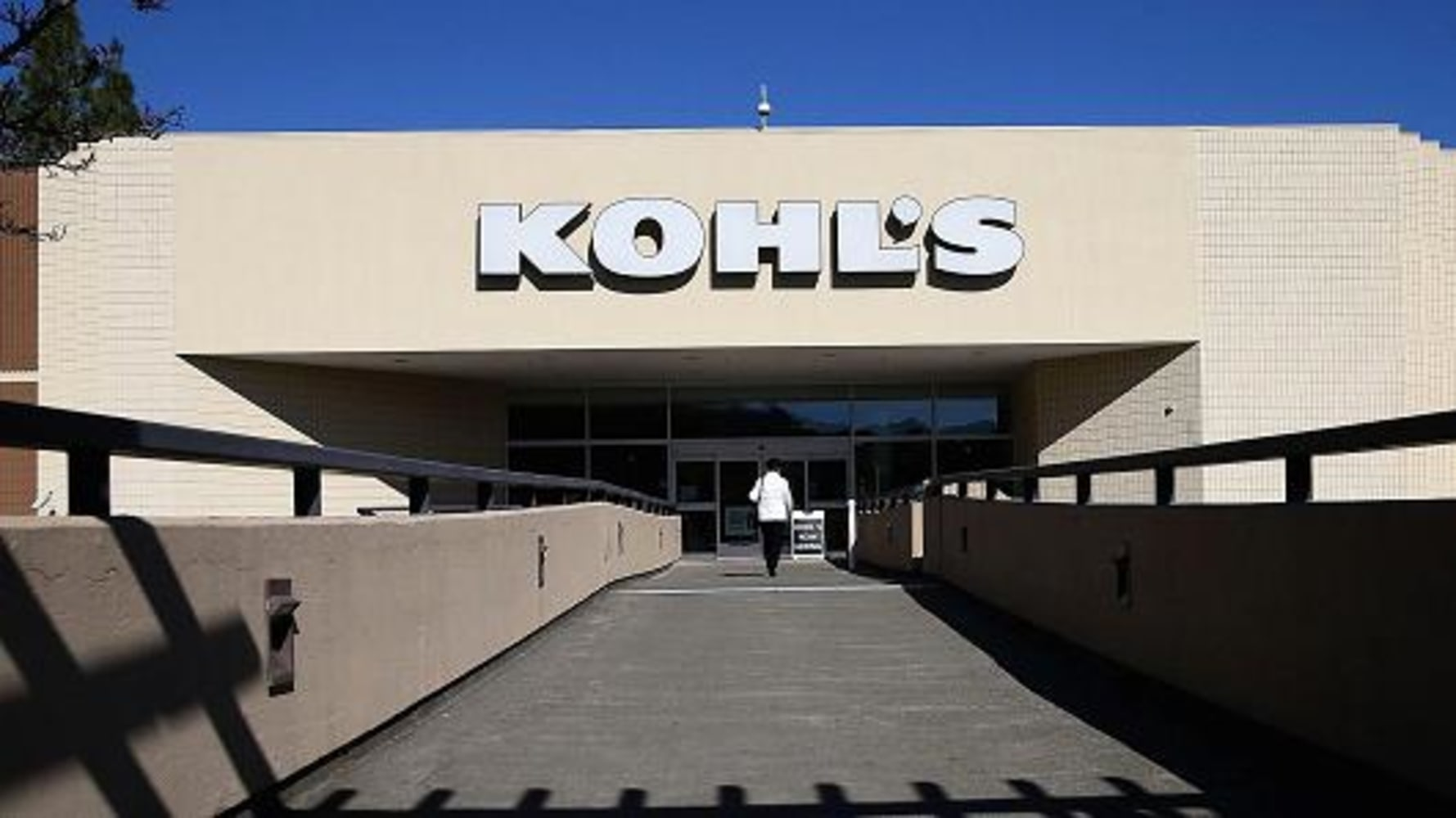 What Time Does Kohl's Open? Kohls hours for opening remain pretty much the same throughout the entire week. Every day except Saturdays will see Kohl's hours begin at 9am, as Saturdays begin slightly earlier at 8am. What Time Does Kohl's Close? Kohl's hours .
