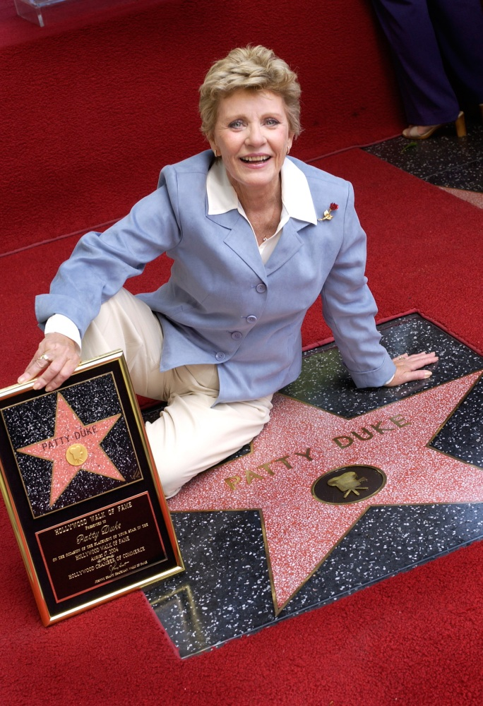 Dolly Parton - Page 7 160329-patty-duke-walk-of-fame-yh-1224p_141ece5c46ee80cae98ec7addeb8b4c5.nbcnews-ux-2880-1000