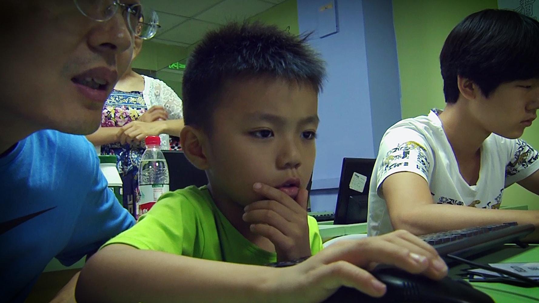 Um jovem aprende a codificar no Tarena Learning Center, em Pequim