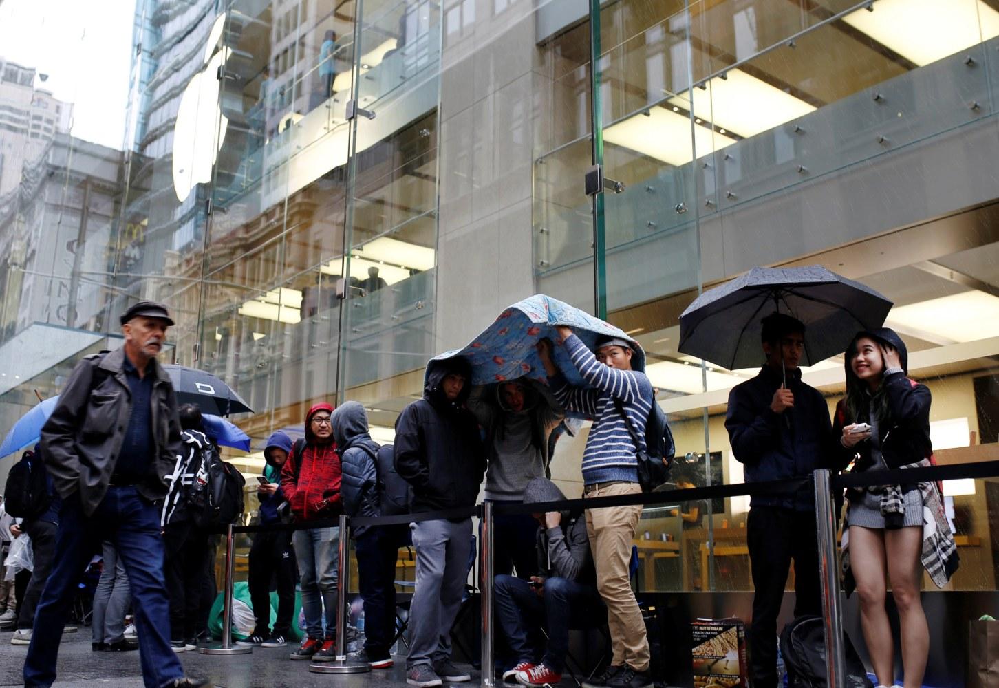Image Apple Customers In Line Australia