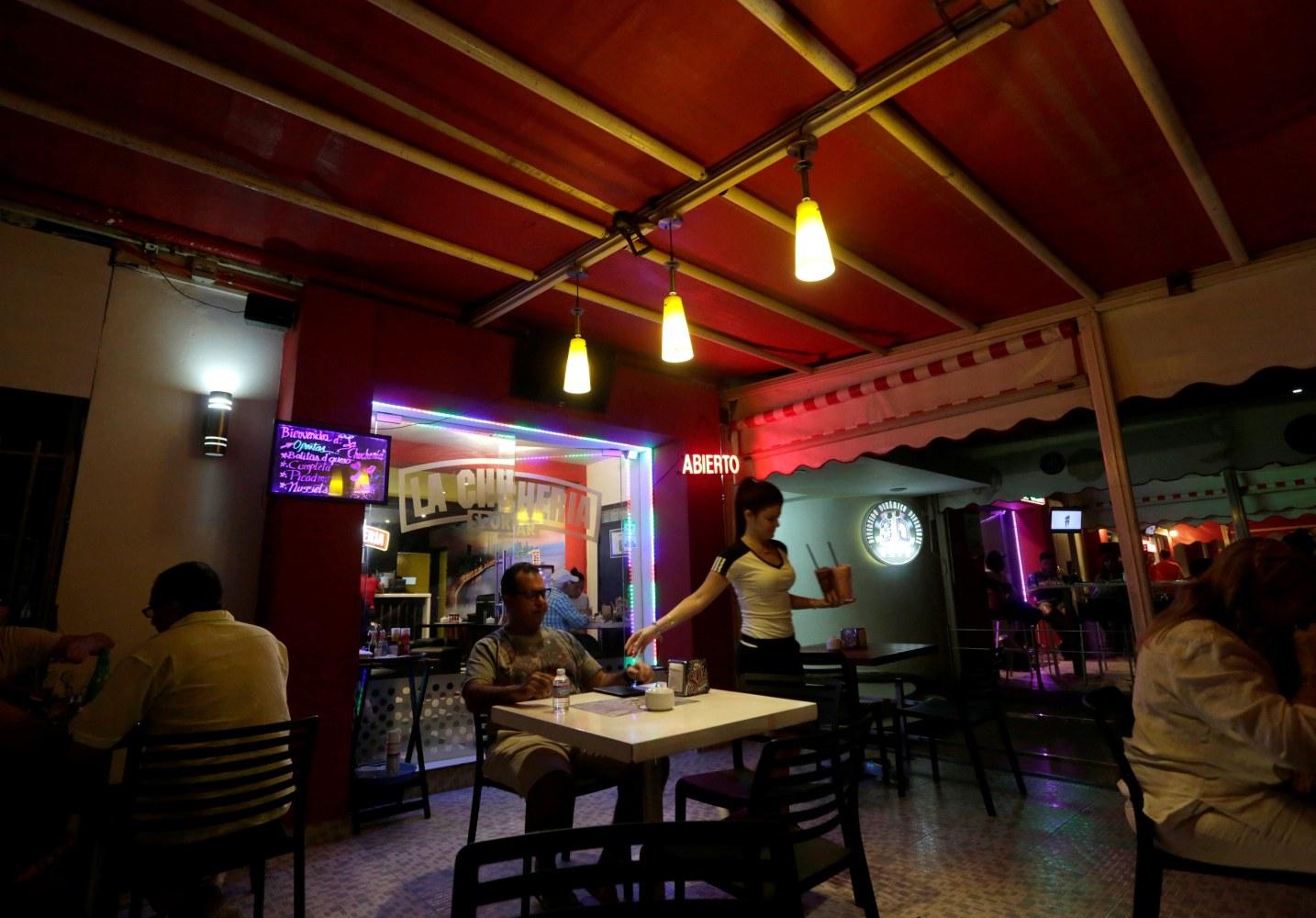 Cuba freezes new licenses for private restaurants in Havana