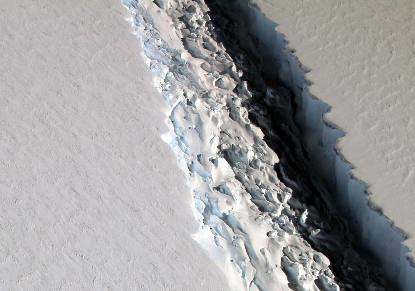 Iceberg the size of DE  is about to break off from Antarctica