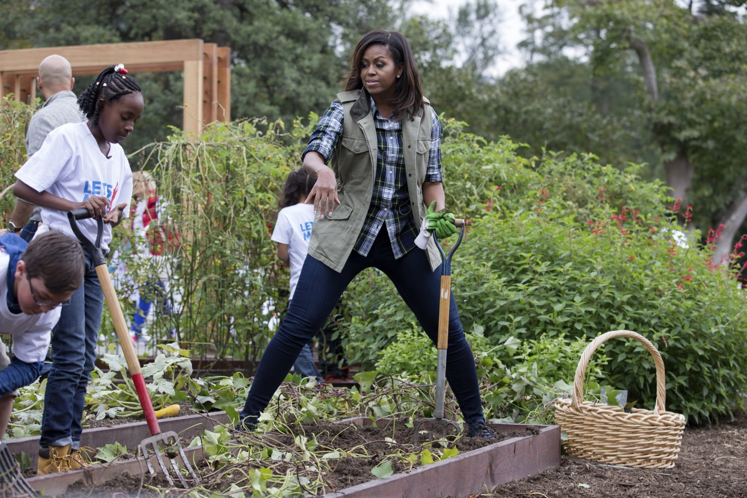 Image: First Lady Michelle Obama And Students Harvest The White House  Kitchen Garden For Her