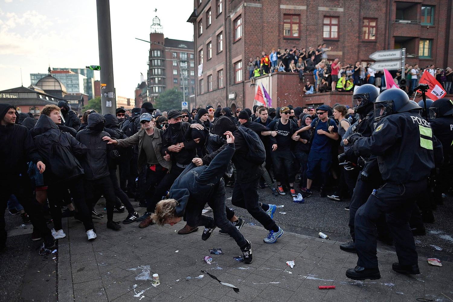https://media3.s-nbcnews.com/j/newscms/2017_27/2063336/ss-170706-g20-protest-hamburg-ew-355p_8_fbf0f959aef7ad3c110f13bb3308f54a.nbcnews-ux-2880-1000.jpg