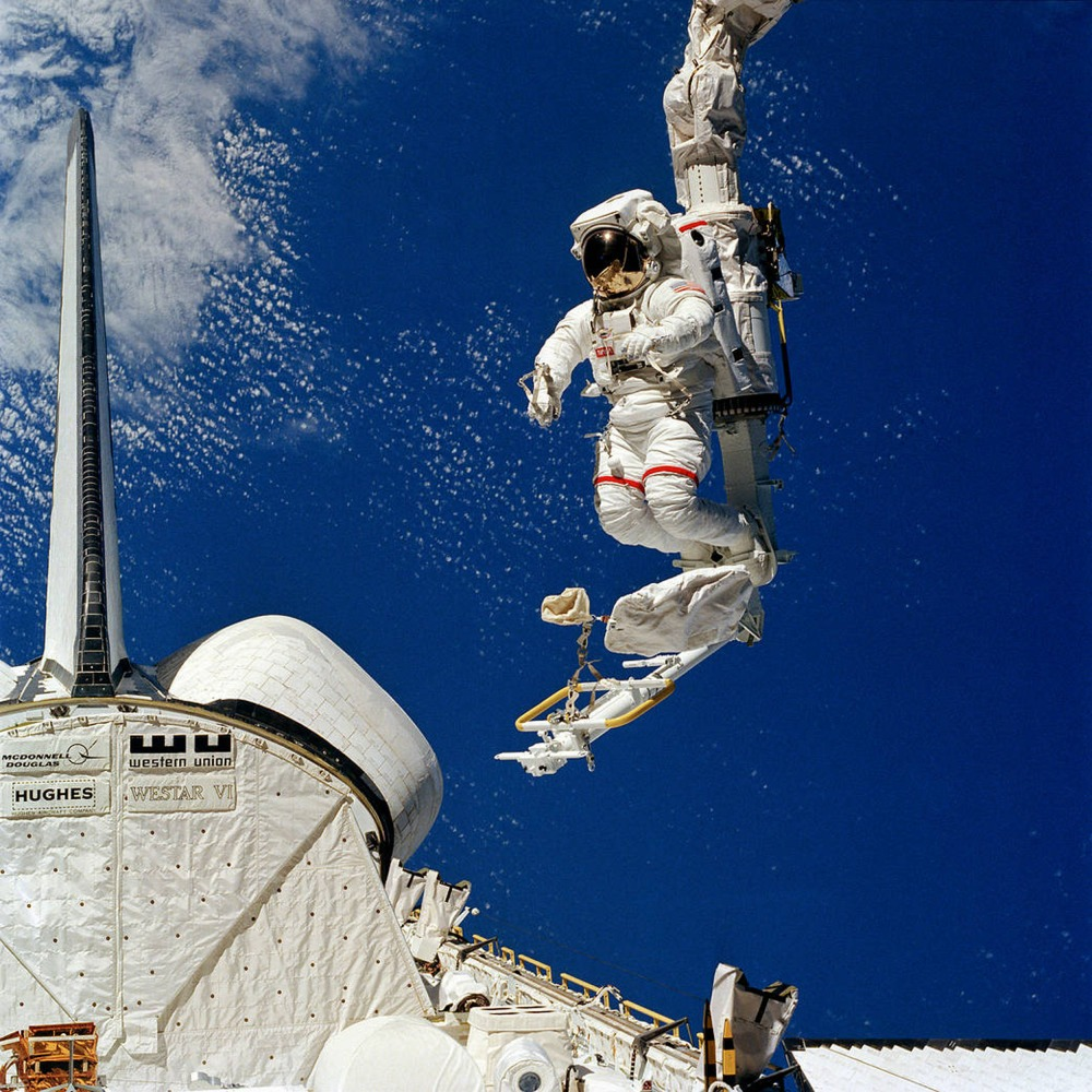 Clear Lake Houston >> NASA astronaut Bruce McCandless, first to fly untethered ...
