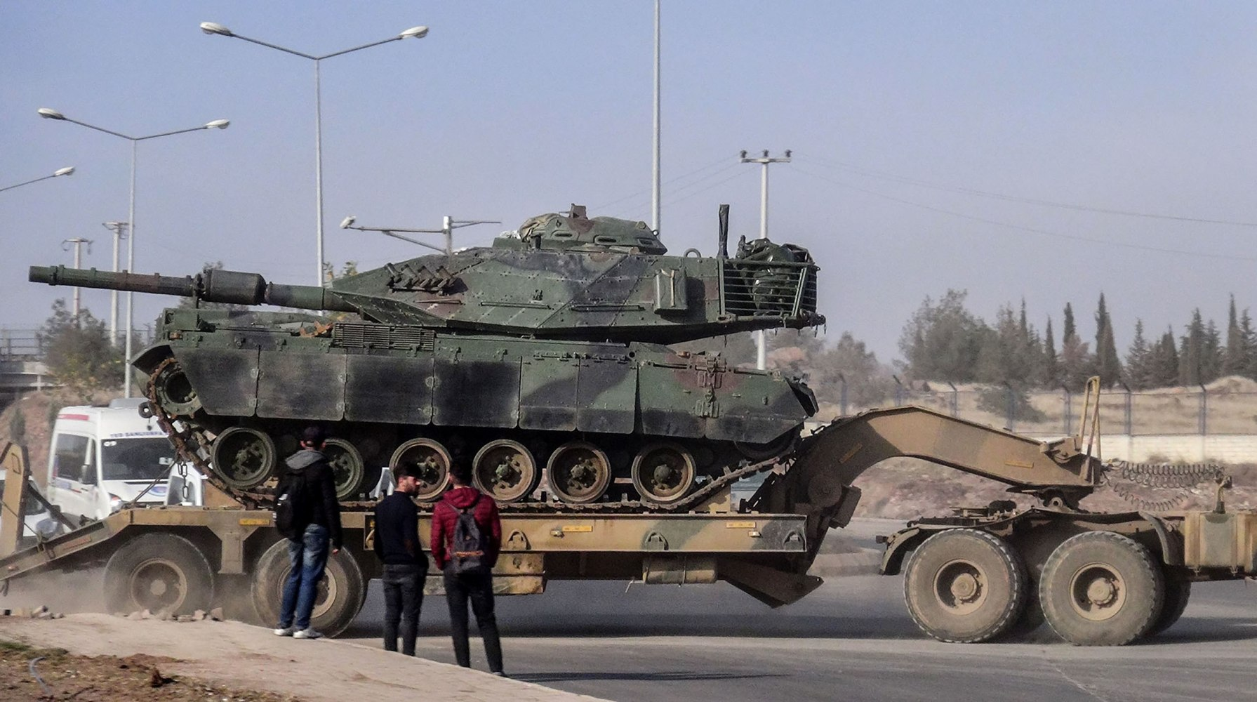 Turkish forces push into Syria as Kurds fight back