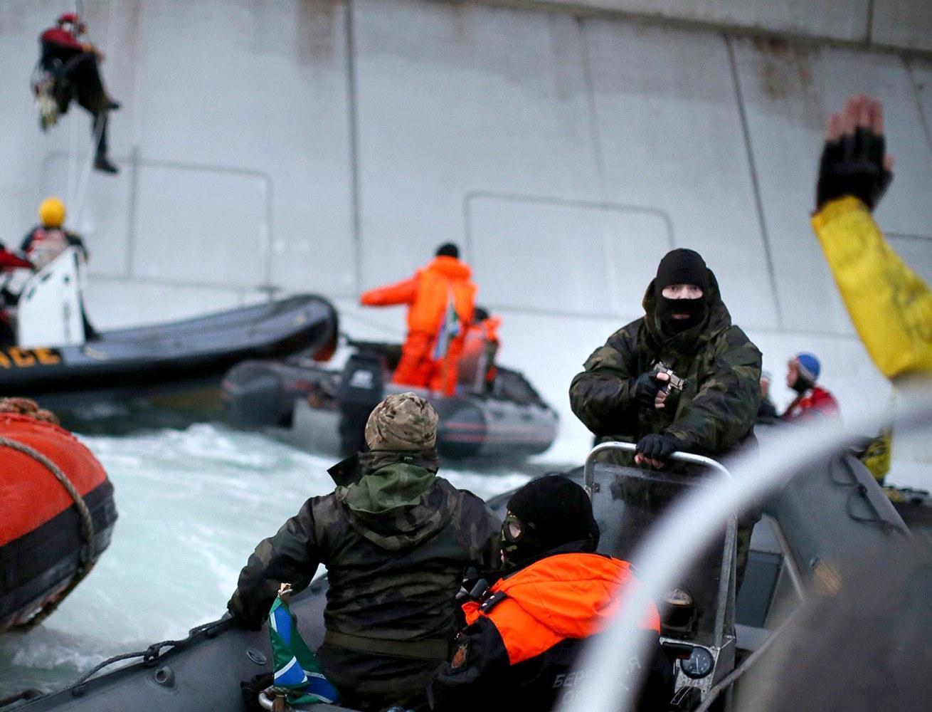 Greenpeace environmentalists remove gas from Gazprom's platform 24.08.2012 68