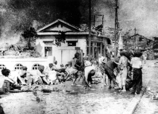 Image: Japanese victims wait to receive first aid in the southern part of Hiroshima